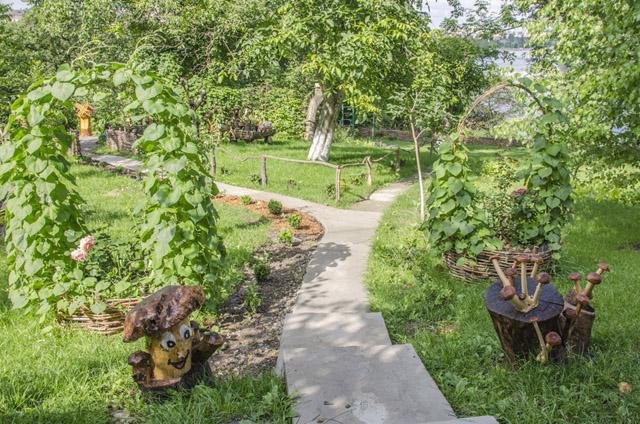Мешканці багатоповерхівки на Свердлова з любов'ю та боями зробили двір на заздрість іншим: з парком скульптур і газонною травичкою