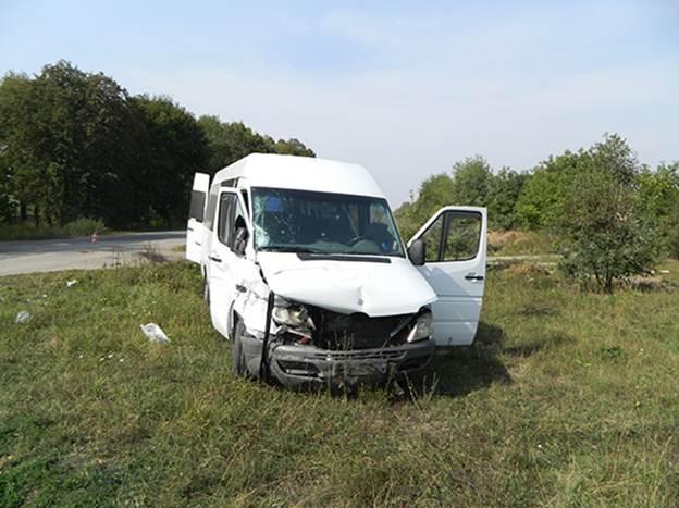 """На Вінниччині легковик """"в'їхав"""" у мікроавтобус. Постраждало двоє людей"""