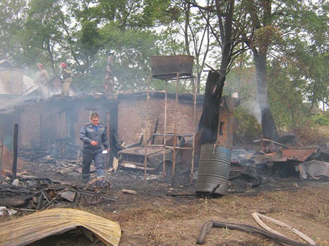 На Вінниччині в пожежі згорів автомобіль, господарська будівля та мало не загорівся будинок