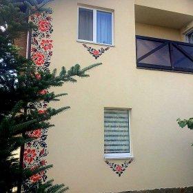 Віктор Бронюк розфарбував фасад свого власного будинку вишивкою