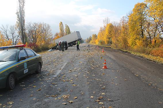 """На Вінниччині Citroen """"влетів"""" у вантажівку. Водій мікроавтобусу загинув на місці ДТП"""