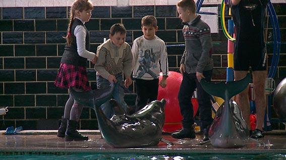 Поліцейські влаштували екскурсію до дельфінарію малечі, позбавленої батьківського піклування