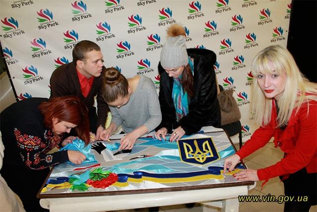 До створення картини, присвяченої Дню Соборності України, долучилось більше сотні вінничан