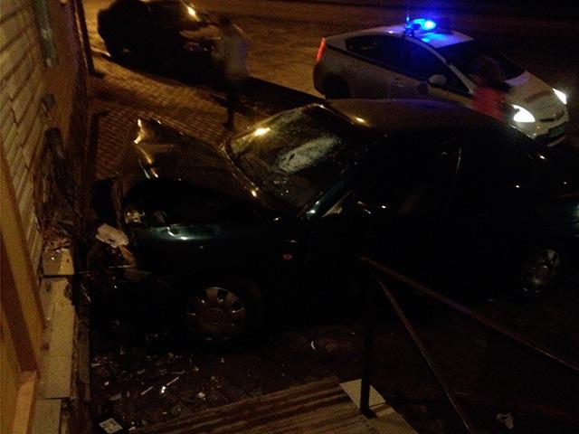На вул. Маяковського автомобіль Daewoo в'їхав у будинок. Двоє людей у лікарні