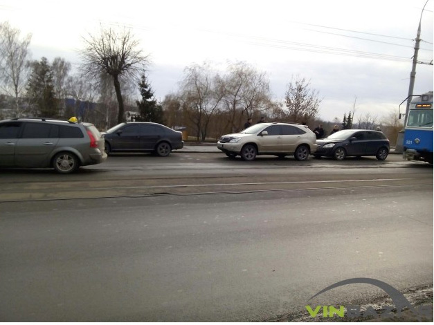 У Вінниці через потрійне ДТП на Центральному мосту зупинився громадський транспорт