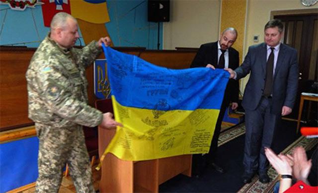 Немирівській школі передали прапор із зони АТО