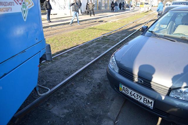 Вінничани знову носили на руках авто, яке заблокувало рух трамваїв
