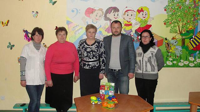 Олександр Крученюк допоміг відремонтувати старовинний храм, покращив дорогу та подарував меблі й іграшки дитсадку