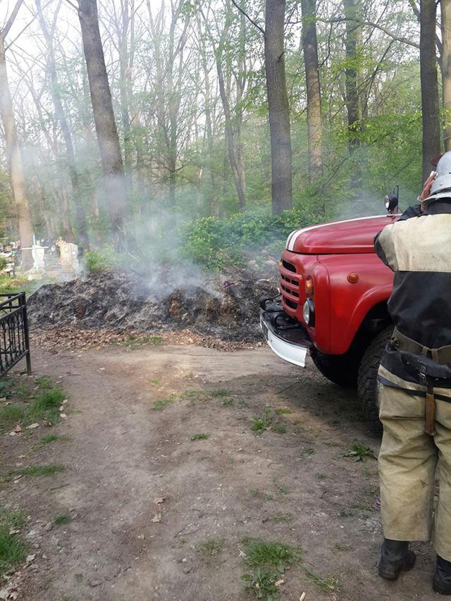 У Гнівані поблизу кладовища загорілися дерева. Причиною загорання стало необережне поводження із вогнем