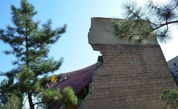 Терористи вщент розбомбили Донецький краєзнавчий музей, а у художнього музею вимагають віддати усю колекцію картин