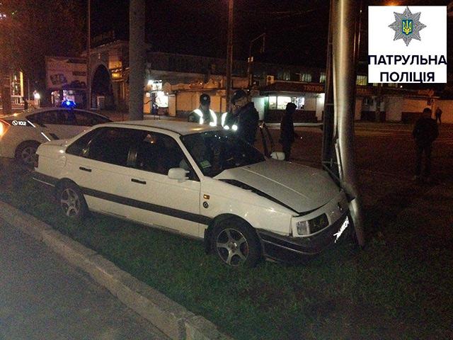 """Вночі біля """"Урожаю"""" п'яний водій на Volkswagen зніс рекламний щит та погрожував патрульним звільненням"""