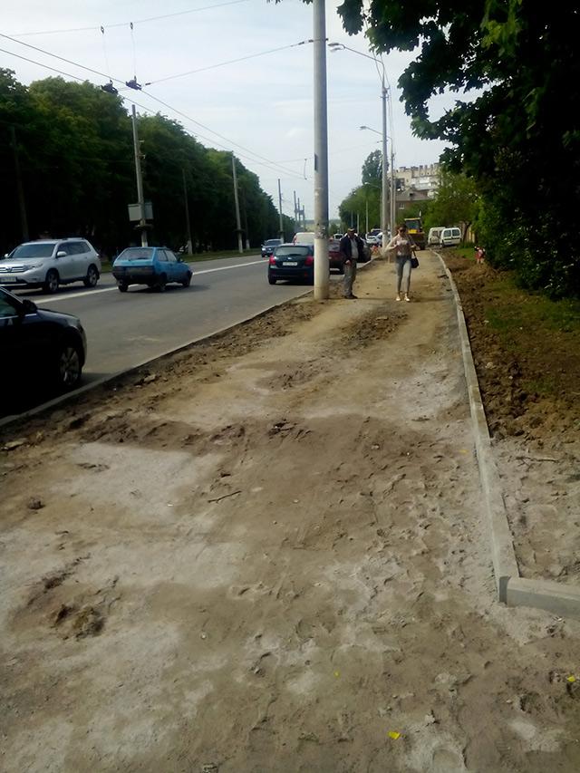 У Вінниці розпочали ремонтувати ділянку тротуару по вулиці Пирогова
