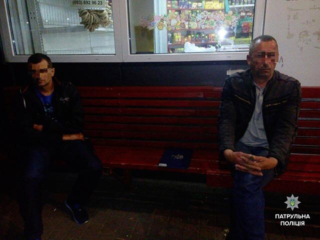 Двоє нетверезих чоловіків вночі напали на вінничанина на зупинці громадського транспорту