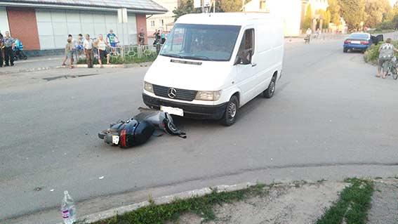 На Вінниччині п'яний депутат однієї з райрад за кермом мікроавтобусу збив 15-річного водія мопеда