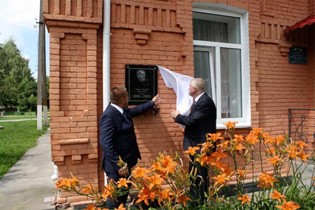 """На Вінниччині відкрили пам'ятну дошку автору відомої пісні """"Гей, соколи!"""" Тимку Падурі"""