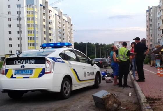 На вул. Зодчих п'яний мотоцикліст в'їхав у бордюр та збив жінку із 2-х річною дитиною