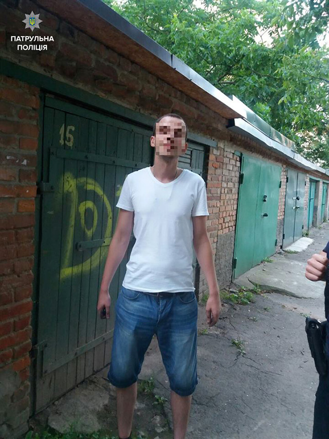 На вул. Зодчих прибиральниця допомогла виявити крадія, що знімав з машин ковпаки