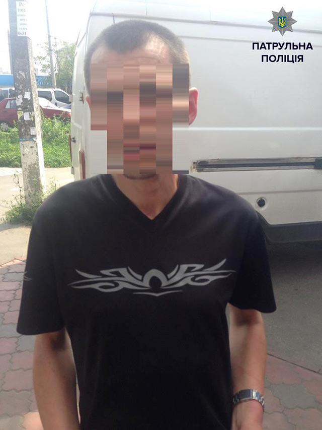 На вул. Пирогова продавчиня магазину разом із напарницею затримали чоловіка, який вкрав гаманець