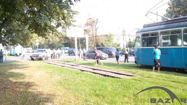 Зранку на  перехресті Хмельницького шосе та вул. Писарєва не розминулись позашляховик Nissan та Mitsubishi
