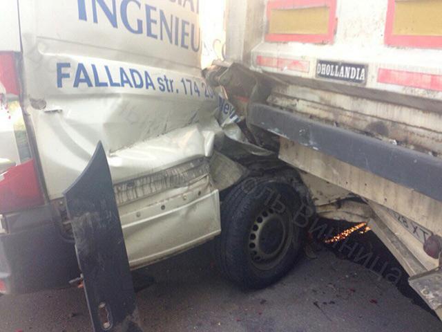 На Немирівському шосе зіткнулись чотири автівки. Є постраждалі