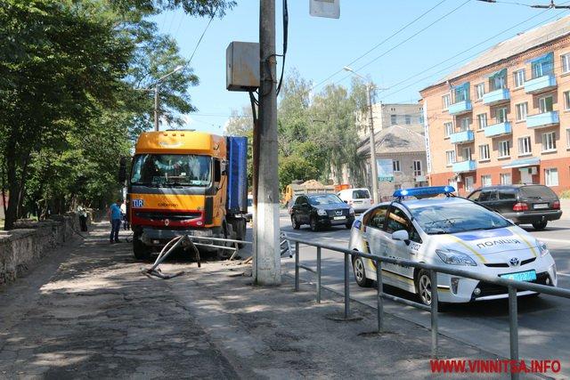 """Біля центрального парку вантажівка """"знесла"""" металевий паркан"""