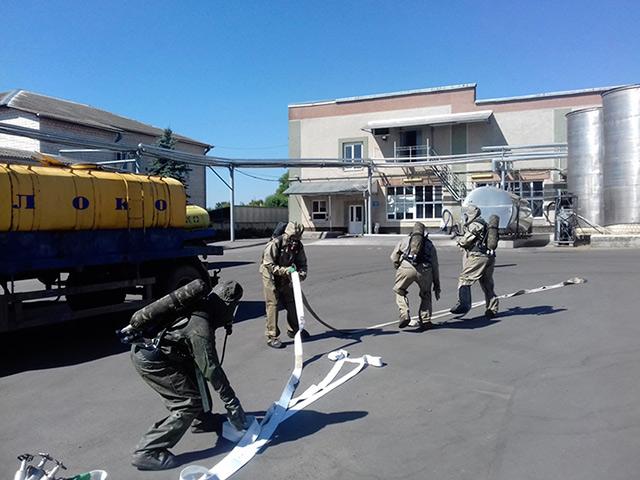 На Літинському молокозаводі рятувальники ліквідовували умовне розповсюдження парів аміаку