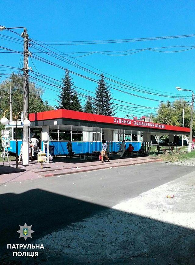 """На залізничному вокзалі до приїзду """"швидкої"""" поліцейські рятували вінничанина, якому стало зле"""