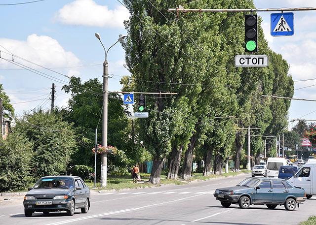 На перехресті вулиць Немирівське шосе та Учительській встановили світлофор