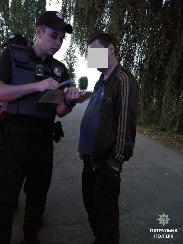 На вул. Келецькій затримали п'яного водія зі згортком невідомої речовини