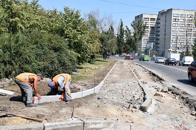 Біля Прозорого офісу на вулиці Брацлавській будують паркувальну зону на понад півсотні місць