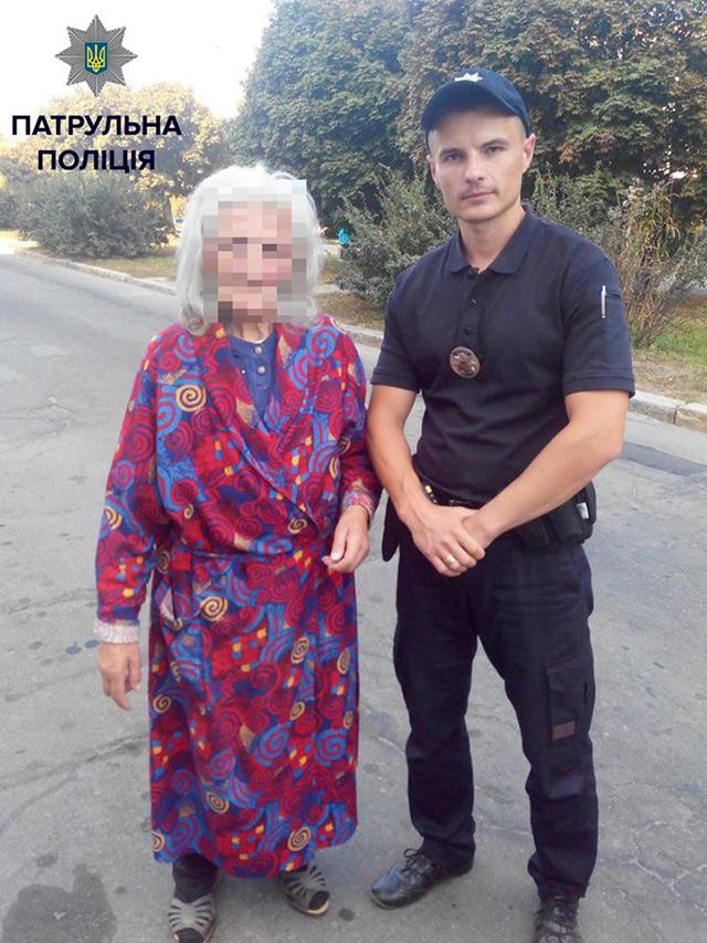 Патрульні поліцейські вдруге допомогли знайти свою домівку старенькій бабусі, яка не могла згадати де проживає