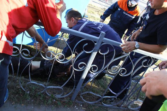 Вінниця: рятувальники дістали з-під трамваю людину