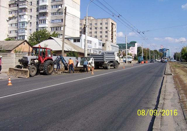 У Вінниці асфальтують тротуар по вул. Келецькій