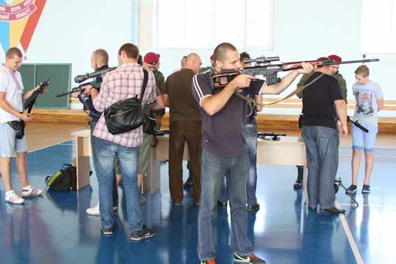 Цивільних вінничан почали навчати як поводитись зі зброєю в умовах війни