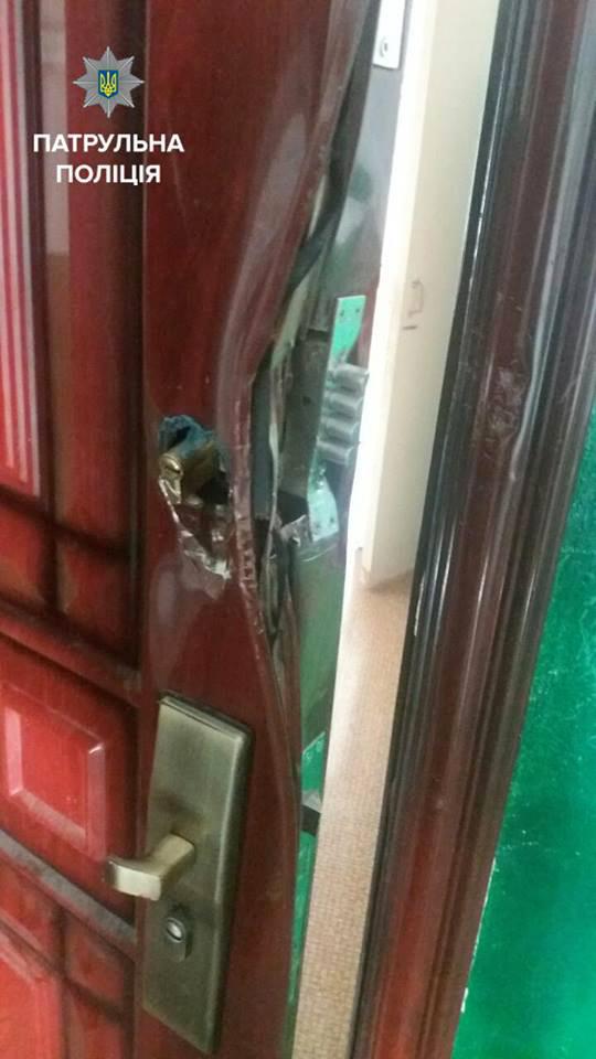 У Вінниці поліцейські врятували життя дворічній дівчинці, яка залишилась у задимленій квартирі сама