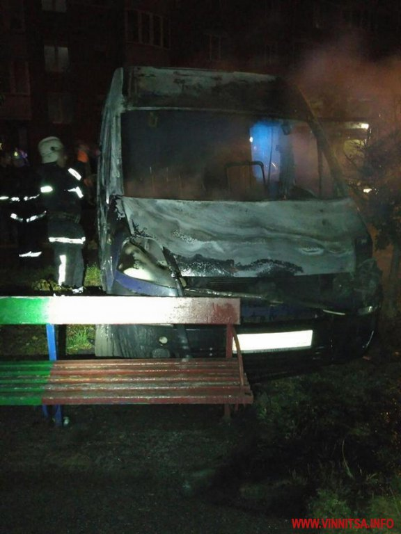 Вночі на вул. Зодчих вщент згорів мікроавтобус