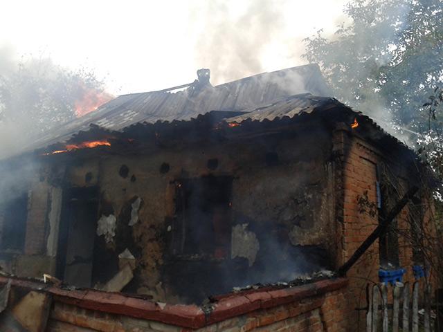 В Тиврівському районі пожежники врятували власника палаючого будинку