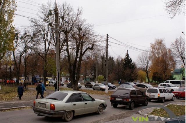 На виїзді з міста встановили блокпост - вінницькі поліцейські  перевіряють підозрілі автомобілі