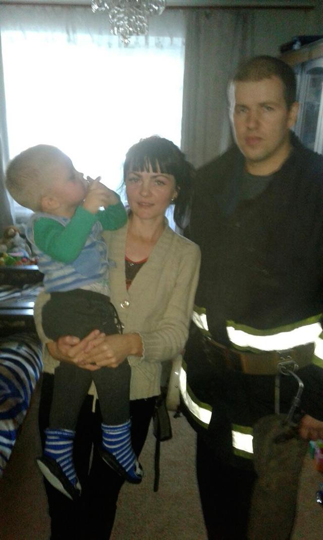 """У Вінниці 2-річний малюк натягнув на голову горщика - рятувальники допомогли зняти """"іграшку"""""""