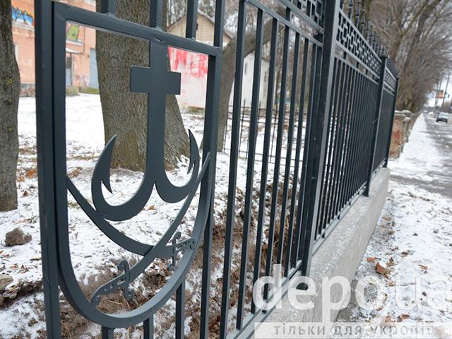 Біля Центрального парку встановили перші секції металевого паркану із гербом Вінниці