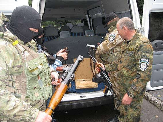 Вінницькі міліціонери вивезли з міста Дебальцеве арсенал зброї, щоб не дістався терористам