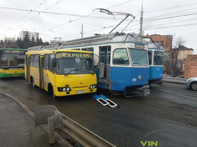 На центральному мосту маршрутка в'їхала в трамвай