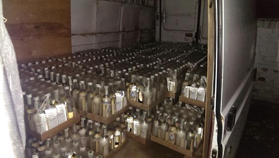 На Тяжилові, у 23-річного водія вилучили 2 тисячі пляшок горілки