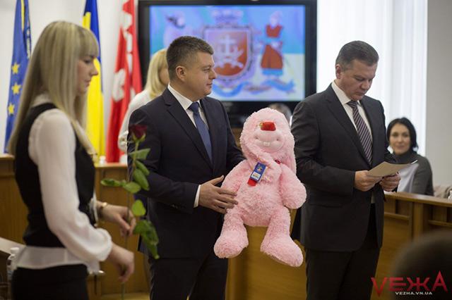 У Вінниці іграшками та дитячими візочками привітали родини, в яких на Новий рік та Різдво народилися дітки