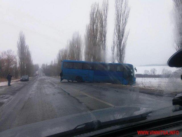 На Вінниччині сталась аварія за участі двох пасажирських автобусів та двох авто. Є загиблі та травмовані