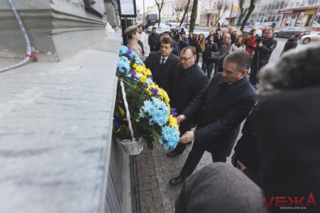 Біля будівлі колишньої Міської Думи із Почесною вартою вінничани відзначили століття з початку Української революції