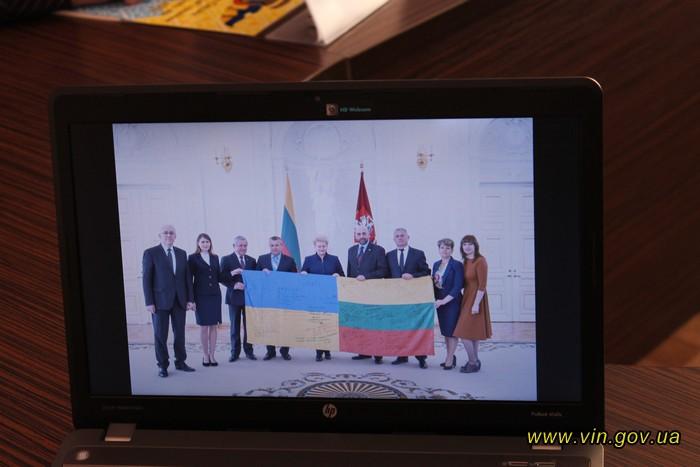 Вінничани вручили президенту Литви прапор від АТОвців, розписаний словами вдячності за підтримку
