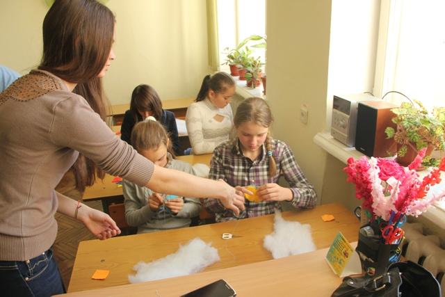 У міському палаці мистецтв для школірів проводять майстер-класи з виготовлення патріотичної символіки