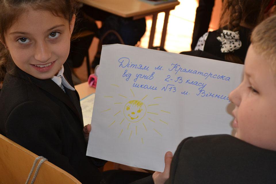 Вінницькі школярі надіслали малечі Краматорська і солдатам сил АТО іграшки, малюнки та книжки, фото-1