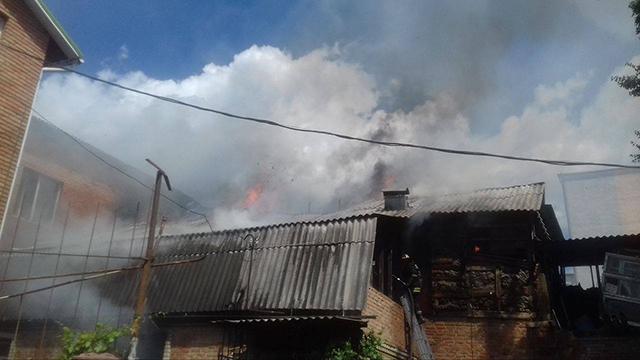 Масштабна пожежа у центрі міста: горів житловий будинок та зоомагазин